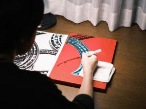 ======================= 1972年東京生まれ。2010年より独学にて作品の制作を始める。 デジタルカメラにて撮影した画像をデジタル加工しキャンバスに転写。 転写されたキャンバスにさらに油性ペンによる点描を加えるという方法にて制作。 デジタルとアナログな手法を組み合わせ、新たなスタイルの写真を制作している。 膨大な時間がかかる点描という手法を使うのは、効率を求められる現代にあえて非効率的な手法を使うというアンチテーゼ。 =======================